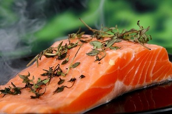 On retrouve des Oméga 3 dans certains aliments comme les noix, les huiles de Colza et de Lin ou encore dans les poissons gras du type Saumon.
